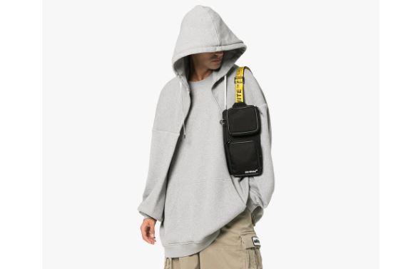Ya puedes reemplazar tu bolsa por esta bandolera Off White
