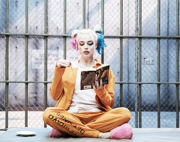 Margot Robbie, vista con el primer look de Harley Quinn en Birds of Prey