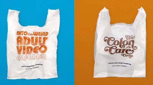 Una tienda de comida diseña bolsas de plástico vergonzosas para evitar su uso