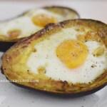 Ovos assados no abacate