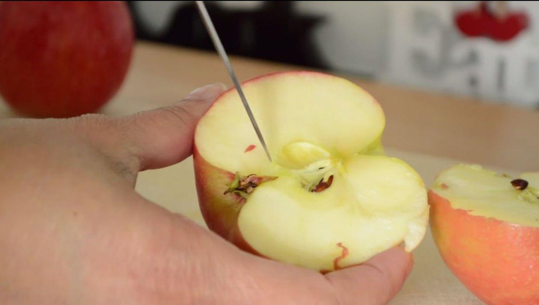 Maçã Assada com canela e frutas secas - como retirar as sementes usando uma faca - blog Emagrecer Certo #emagrecercerto #reeducacaoalimentar