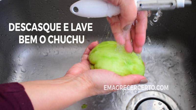 Descasque e lave bem o chuchu