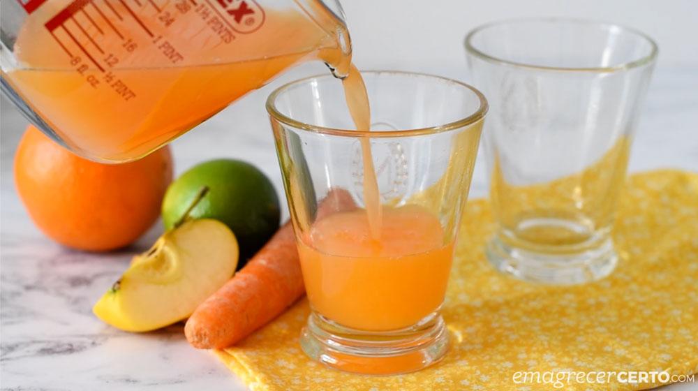 Suco de cenoura com gengibre no copo
