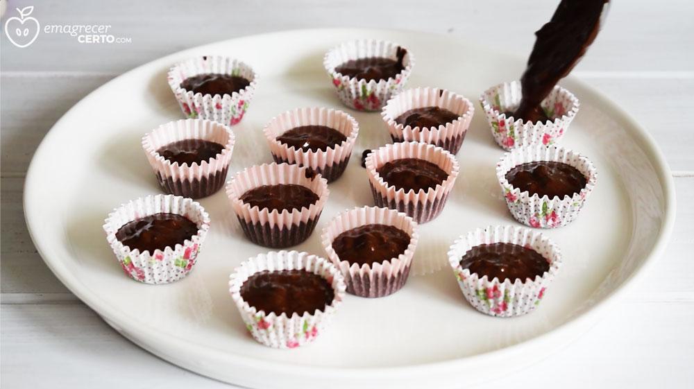 Bombom de chocolate fit - blog Emagrecer Certo - chocolate nas forminhas de brigadeiro