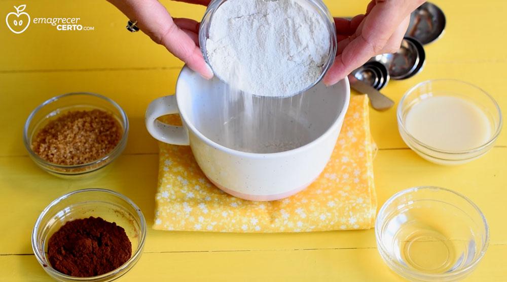 ingredientes para o brownie funcional na xícara