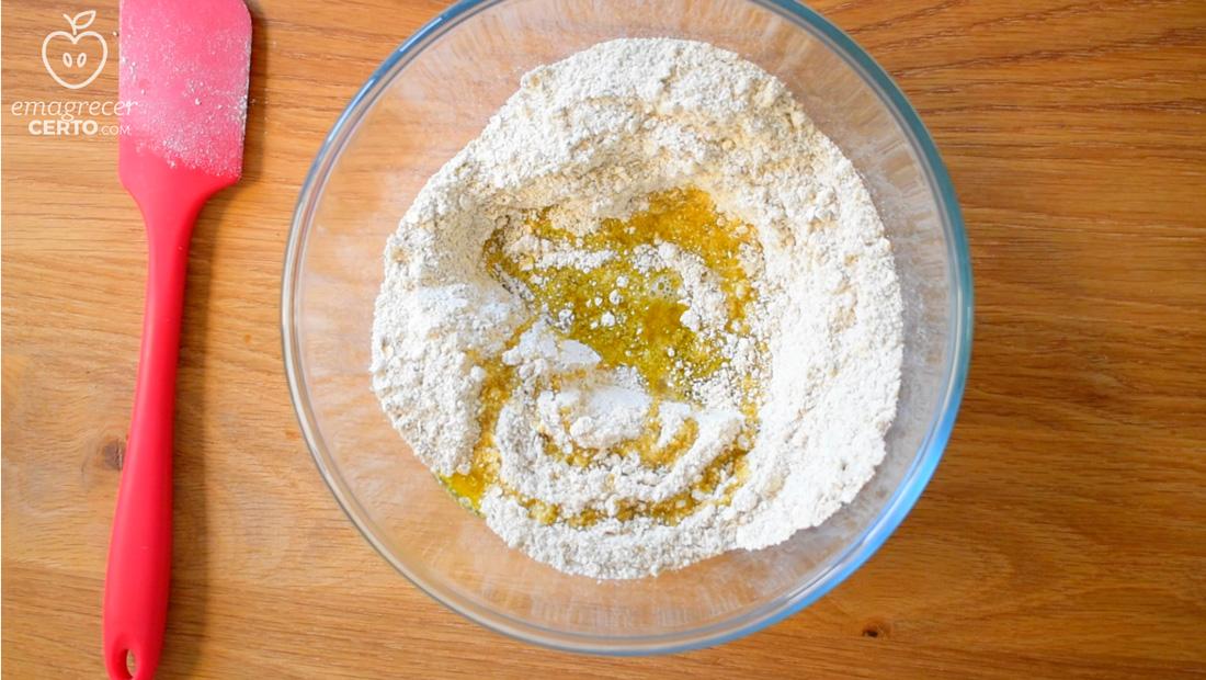 Pão de aveia saudável do blog Emagrecer Certo - adicionando os ingredientes molhados