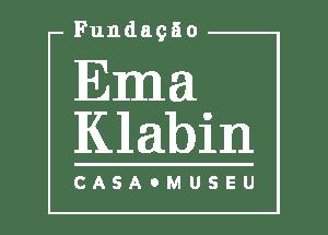 """Logo da Fundação Ema Klabin versão branca: Acima está escrito """"Fundação"""", no centro os dizeres """"Ema Klabin"""" em tamanho maior, abaixo como sub-título """"Casa-Museu"""""""