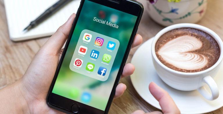 صورة جوال بها تطبيقات وسائل التواصل الاجتماعي