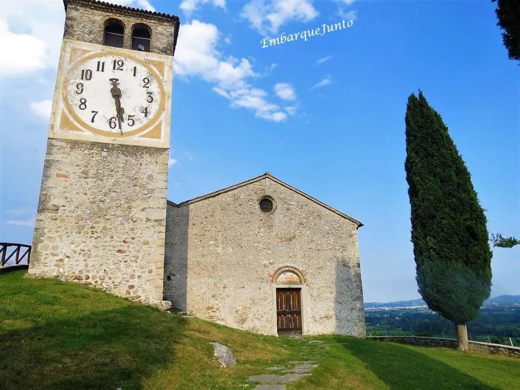 Capela de São Vigílio, em Col San Martino, está no topo da colina. Tem uma estrutura simples com fachada em pedra, uma porta central e uma janela redonda no ápice. Agregada lateralmente à capela, há uma enorme torre sineira com um belo relógio