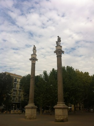 Roman columns with statues of Julius Caesar and Hercules, in the Alameda de Hércules