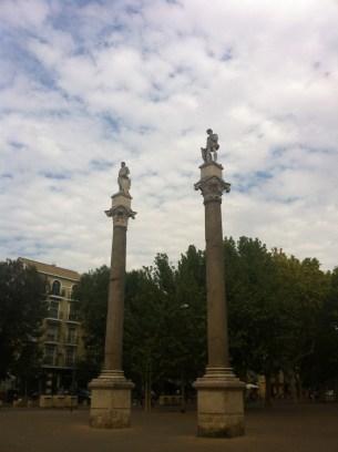 Roman columns with statues of Julius Caesar and Hercules, in the Alameda de Hércules