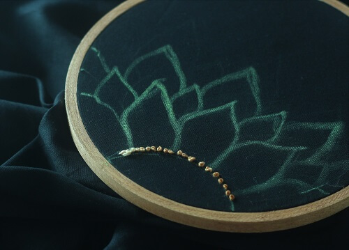 french knots along the borer
