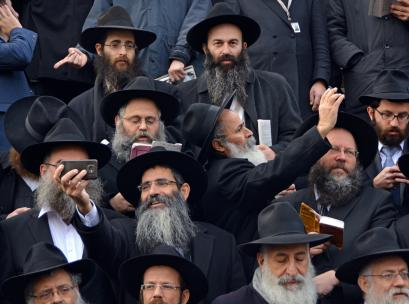 Caption: Thousands of orthodox rabbis take selfies during a group photo at the convention of Lubavitch emissaries in NYC Credit: © Ira Berger / Alamy Stock Photo
