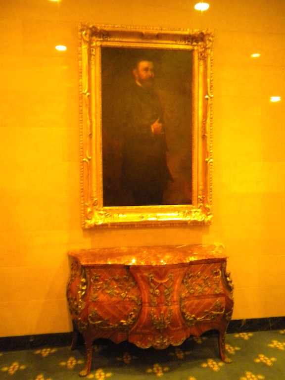 A portrait of Grant still hangs in the hotel.