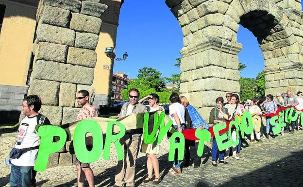 The 5G conference and the human chain across Segovia against 5G