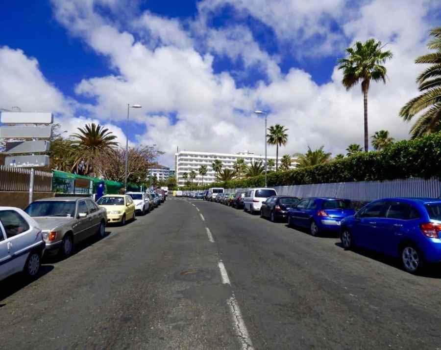 Emigreren Gran Canaria - Auto huren op Gran Canaria? Kijk en vergelijk via EasyTerra! - Straat Playa del Inglés