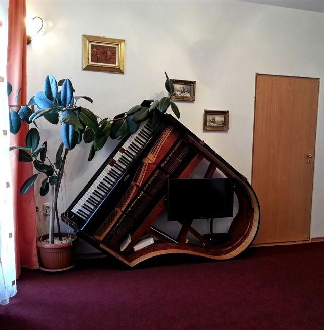 Acesta este livingul. Un fel de camera de primire. Cine inchiriaza toata vila poate beneficia pe deplin si de el. Pianul ala oricum e superb :)