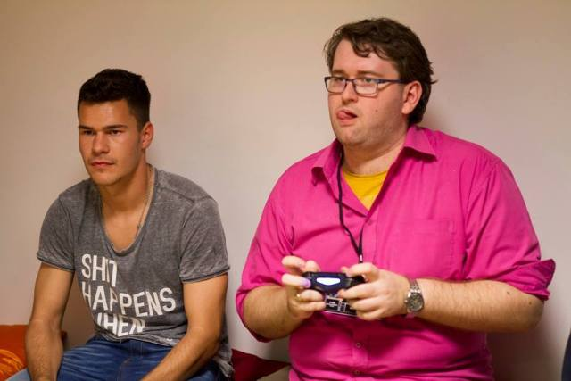 Poza este de anul trecut si surprinde momentul de maxima concentrare. Jucam FIFA si luam bataie. Sa trecem, totusi, peste detalii :)