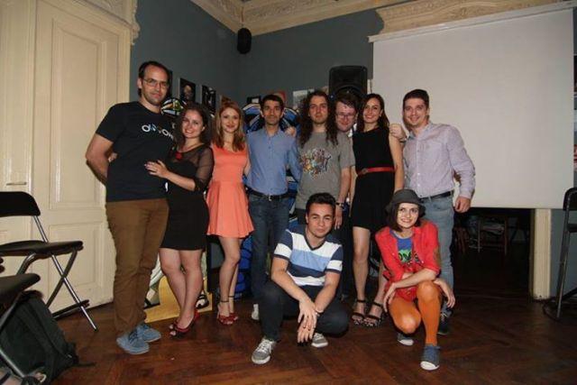 Oare or fi ceva bloggeri preferati d-ai Laurei in aceasta poza?  Poza facuta la lansarea IndyDraw