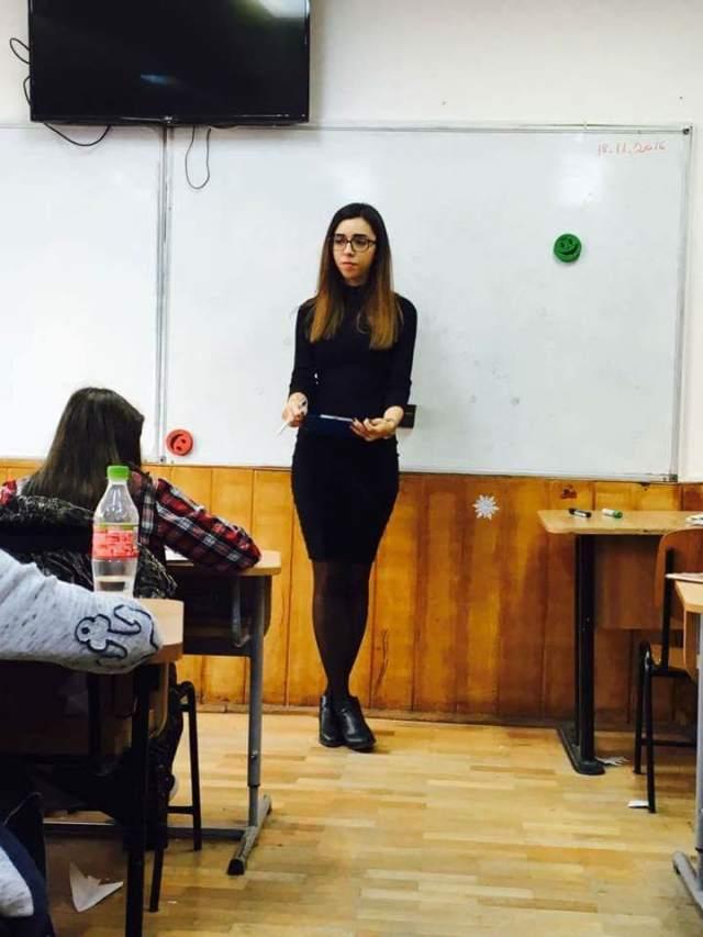 Ea este domnisoara profesoara Andreea Mihaila. Sa ascultati de ea daca vreti sa treceti.