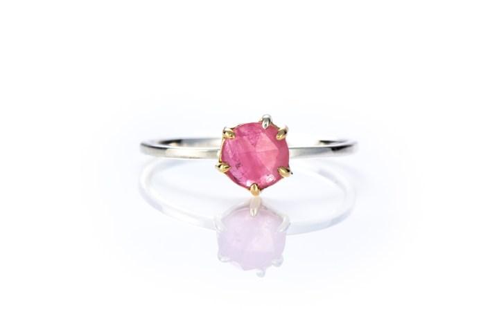 Siro sormus vaaleanpunaisella ruusuhiotulla safiirilla