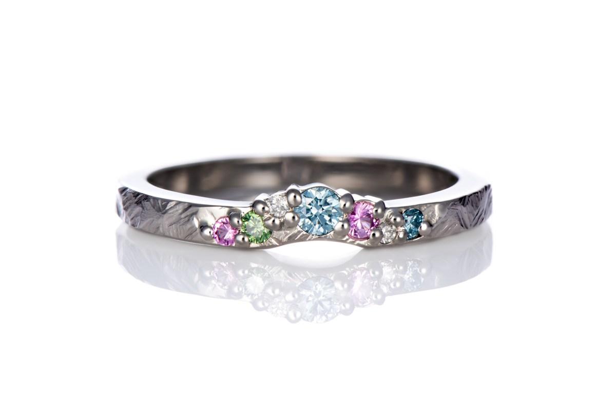Taottu valkokultasormus värikkäillä timanteilla ja safiireilla, muotoiltu timanttisormus