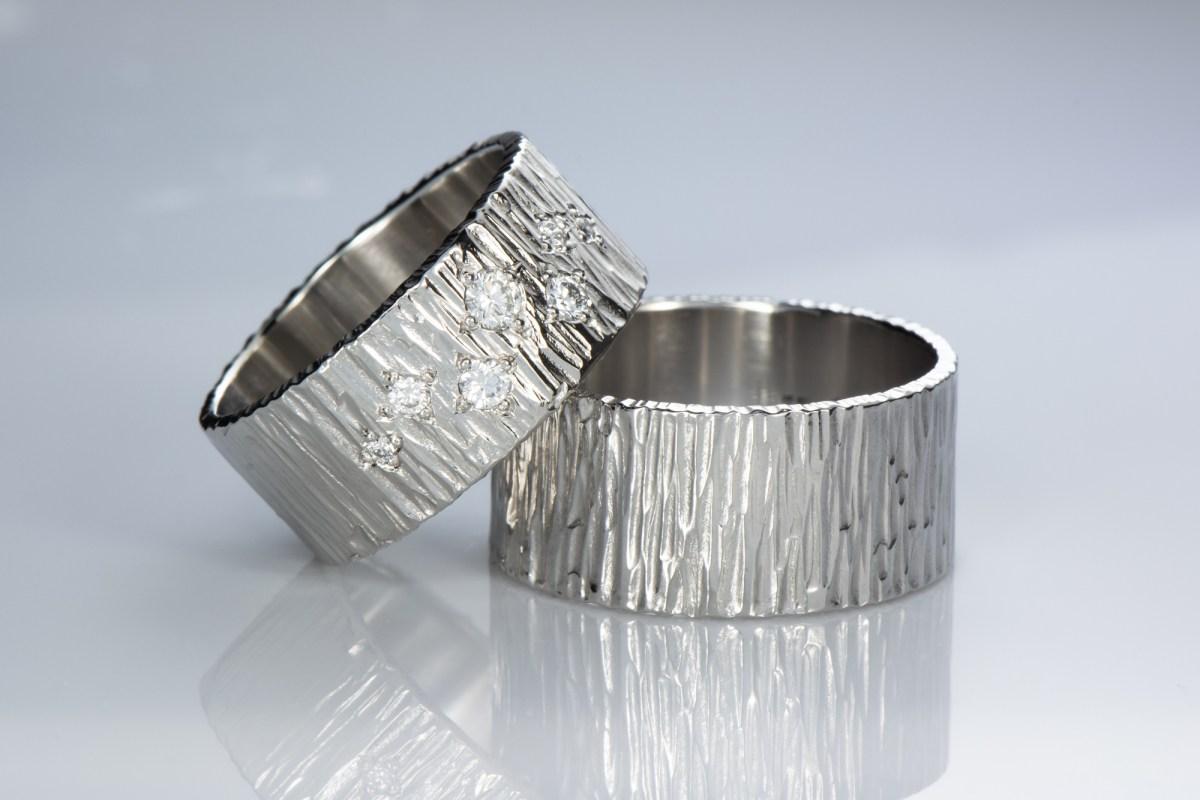 Leveät taotut sormukset timanteilla ja Jää pintakuviolla, platina