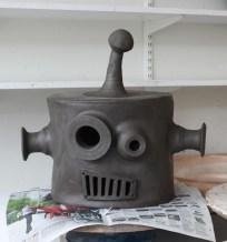 Huvud på robot innan bränning av Emil Österholm