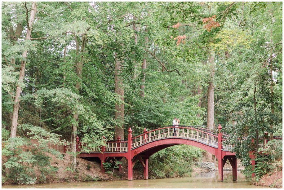 william-mary-college-campus-williamsburg-virginia-engagement-crim-dell-bridge-engagement-photo.jpg