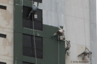 Painting tall Guayaquil building - close up