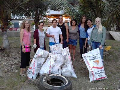 DoMinga volunteers cleaning Puerto Lopez beach