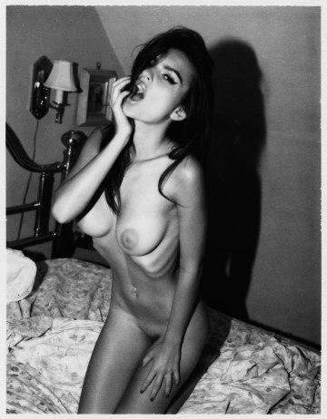 Emily-Ratajkowski-by-Jonathan-Leder-Polaroids-NSFW-Nude-04