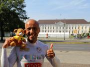 """Emin da Silva und das Maskottchen """"Bärtram"""" vor dem Schloss Bellevue"""