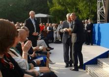 Emin da Silva freut sich sehr darüber, dass Joachim Gauck den Flyer zum ASB-Spendenlauf in Empfang genommen hat.