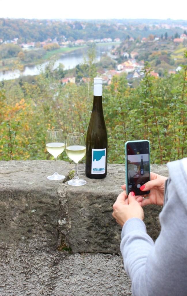 """<span class=""""entry-title-primary"""">{Unterwegs} Wo der Wein noch Zeit und die Natur richtig gute Laune hat…</span> <span class=""""entry-subtitle"""">enthält Werbung für So geht Sächsisch.</span>"""
