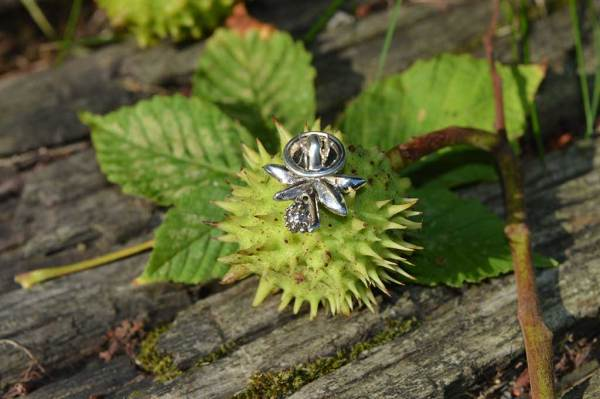 Horse-Chestnut-Leaf-Lapel-Pin-1---Emma-Keating-Jewellery