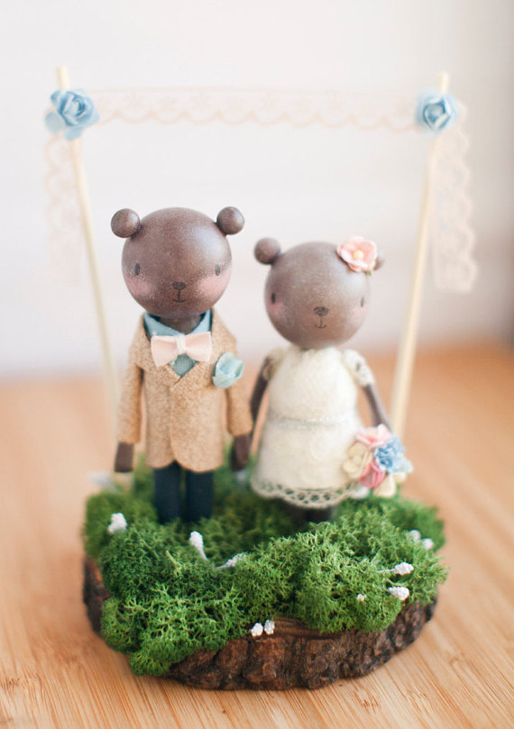 Super cute wood bear cake topper by The Roomba | via Wood Themed Wedding Ideas: http://emmalinebride.com/themes/wood-themed-wedding-ideas/