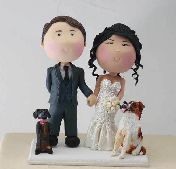 smiling cake topper with dogs | figurine cake toppers that look like you | by artifice producciones | http://emmalinebride.com/reception/figurine-cake-toppers/