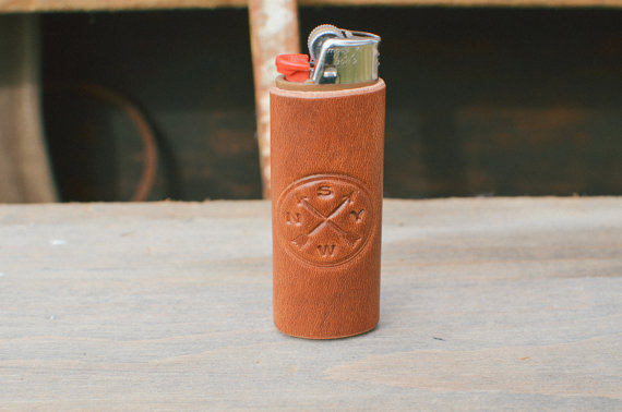 leather lighter case by samwellleather | via 40+ Best Leather Groomsmen Gifts for Weddings | http://emmalinebride.com/gifts/leather-groomsmen-gifts/