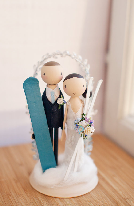 skiing cake topper |  via couple cake toppers for weddings http://emmalinebride.com/wedding/couple-cake-toppers/ ‎