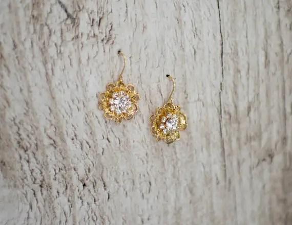 Gold flower wedding earrings | vintage bridal earrings: button style | http://emmalinebride.com/bride/vintage-inspired-bridal-earrings