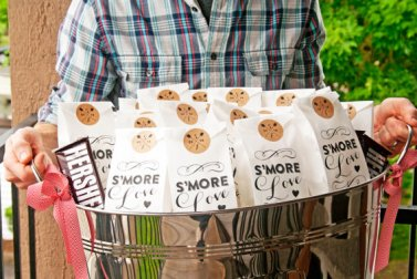 smore-love-favor-bags-in-galvanized-tub