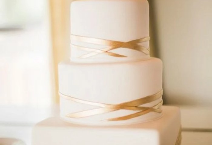 15 Simple But Elegant Wedding Cakes For 2018 Emmalovesweddings