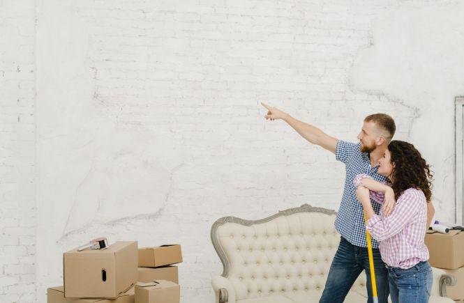 pareja reformando su casa