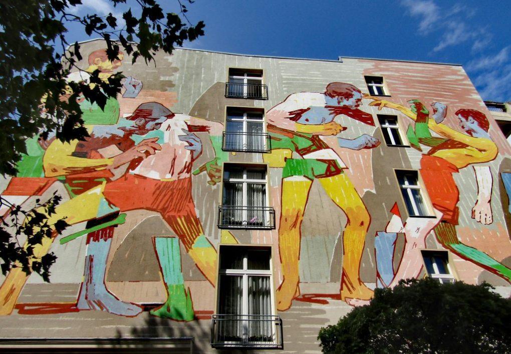 Street art Kreuzberg: la scena di lotta di Aryz
