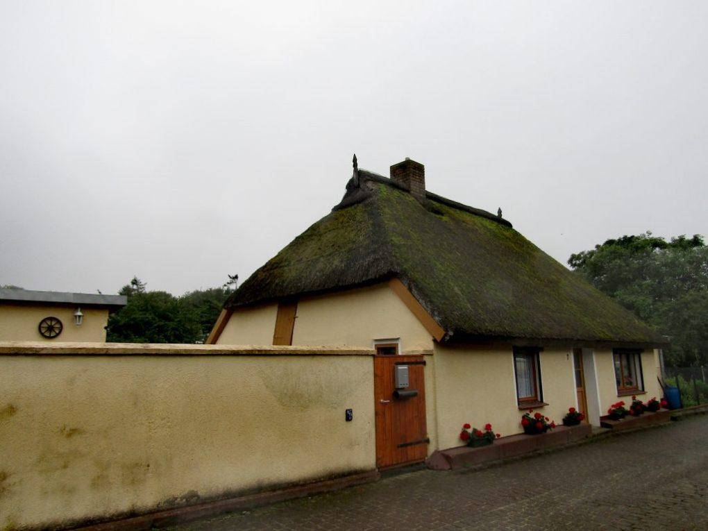 Germania insolita: una tipica casetta col tetto di paglia  a Rügen