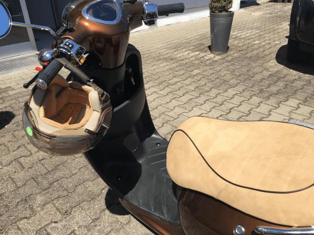 Den Helm gibt's passend zum Roller