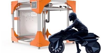 Elektromotorrad Nera von der Firma BigRep vor dem 3D Drucker, aus dem es ausgedruckt wurde - Collage von emoove.net