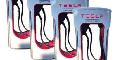Tesla Doppel Säule mit CCS - 4 x hintereinander - Colage von emoove.net