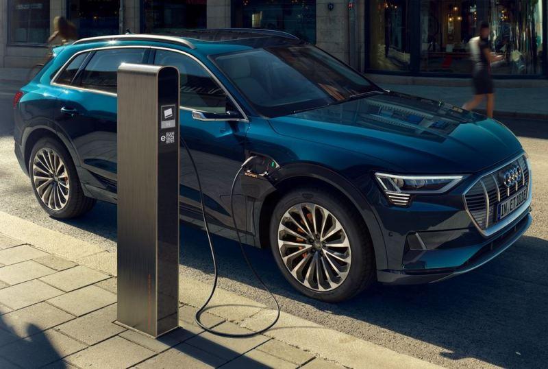 Audi-e-tron-An-Ladesäule-schönes-blau-metallic-Foto-Audi